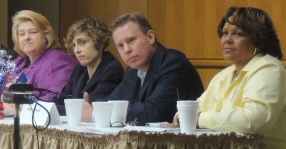 Wade Emmert (centro), presidente del Partido Republicano del condado de Dallas, participó en un post mortem de las elecciones del 6 de noviembre el sábado en Oak Cliff. | ABRIL MURILLO/ESPECIAL PARA AL DIA