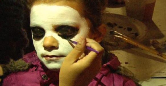 Un niño se deja pintar la cara como calavera en el teatro Artes de la Rosa. | ABRIL MURILLO/ESPECIAL PARA AL DIA
