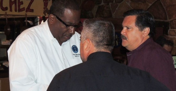 El senador estatal Royce West (der.) dialoga con activistas de Dallas durante la reunión 'Chorizo y Menudo' el sábado en Oak Cliff. | ABRIL MURILLO/ESPECIAL PARA AL DIA